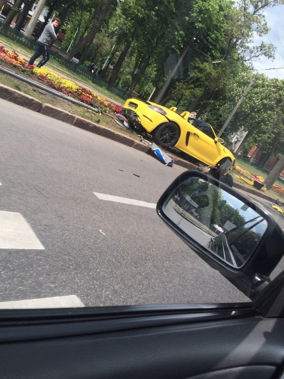 У Харкові дівчина розбила Porsche