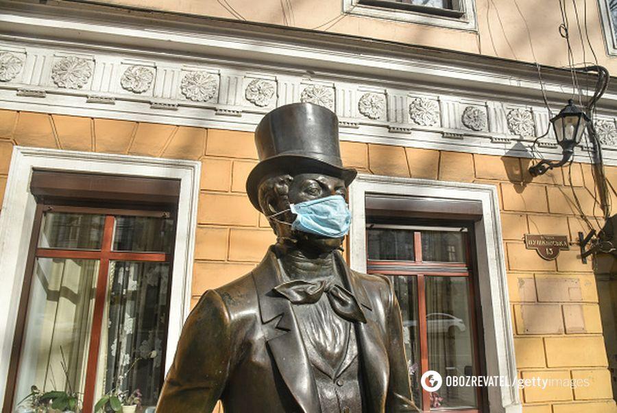 Проще надеть маску на памятник, чем защитить врачей