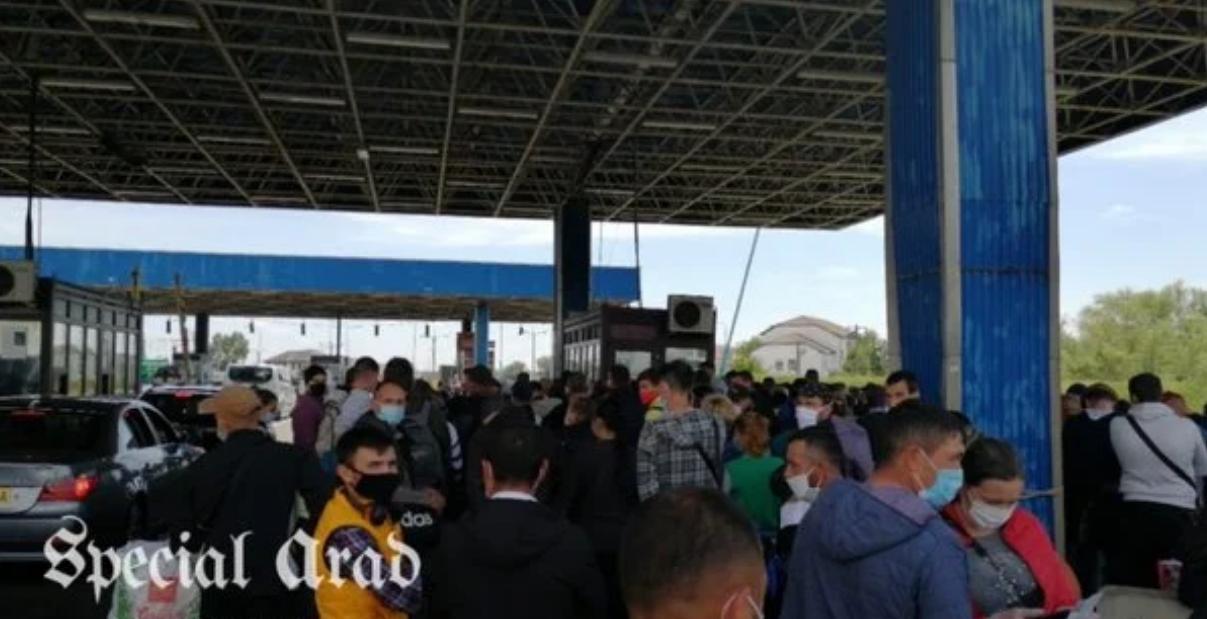 """У Румунії утворилися величезні черги на кордонах. Фото та відео """"штурму"""""""