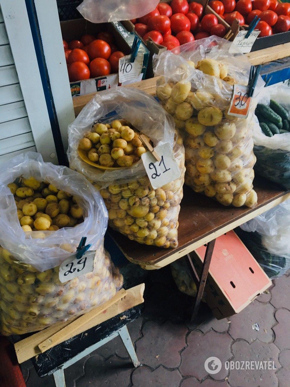 Стоимость молодого картофеля на рынке варьируется от 21 до 30 гривен