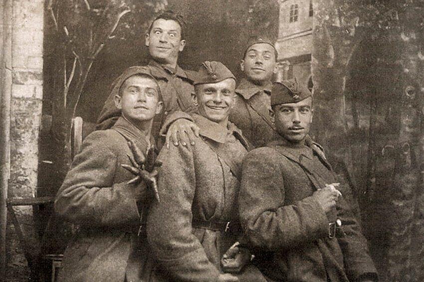Концертная бригада ансамбля песни и танца Юго-Западного фронта, в центре – Юрий Тимошенко; в верхнем ряду – Ефим Березин (положил руку на плечо Тимошенко).