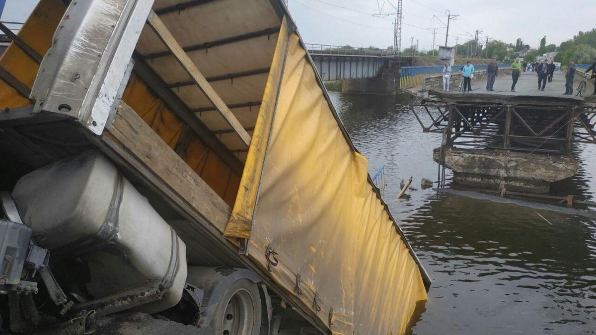 У Нікополі обвалився міст з фурою