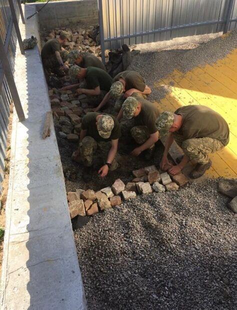 Солдати будують смугу