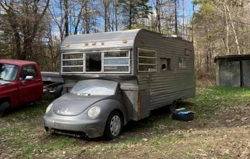 Старий VW перетворили на дивний будинок на колесах