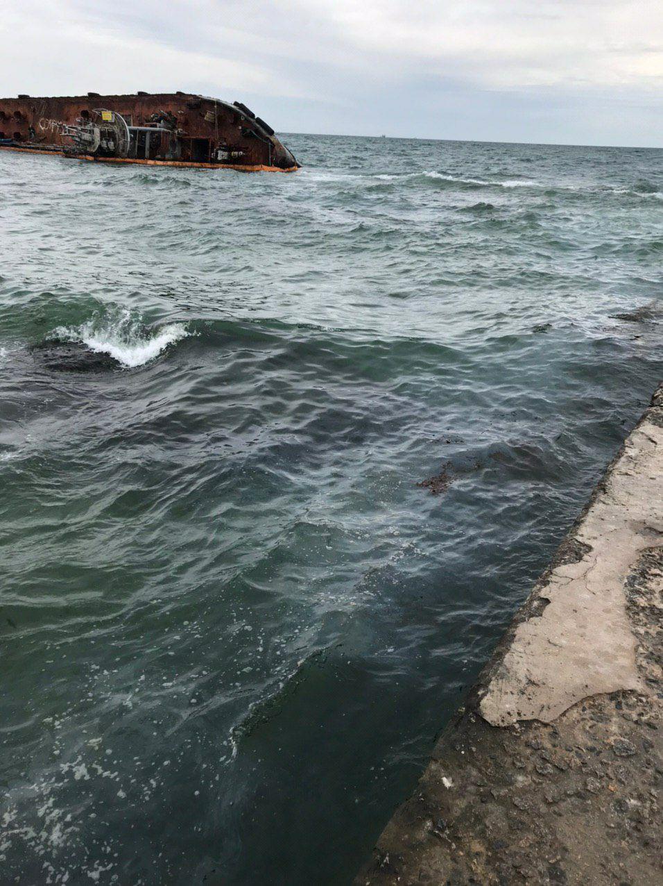 """Екологічна безпека АМПУ виявила та оперативно ліквідувала забруднення біля аварійного танкеру """"DELFI"""""""