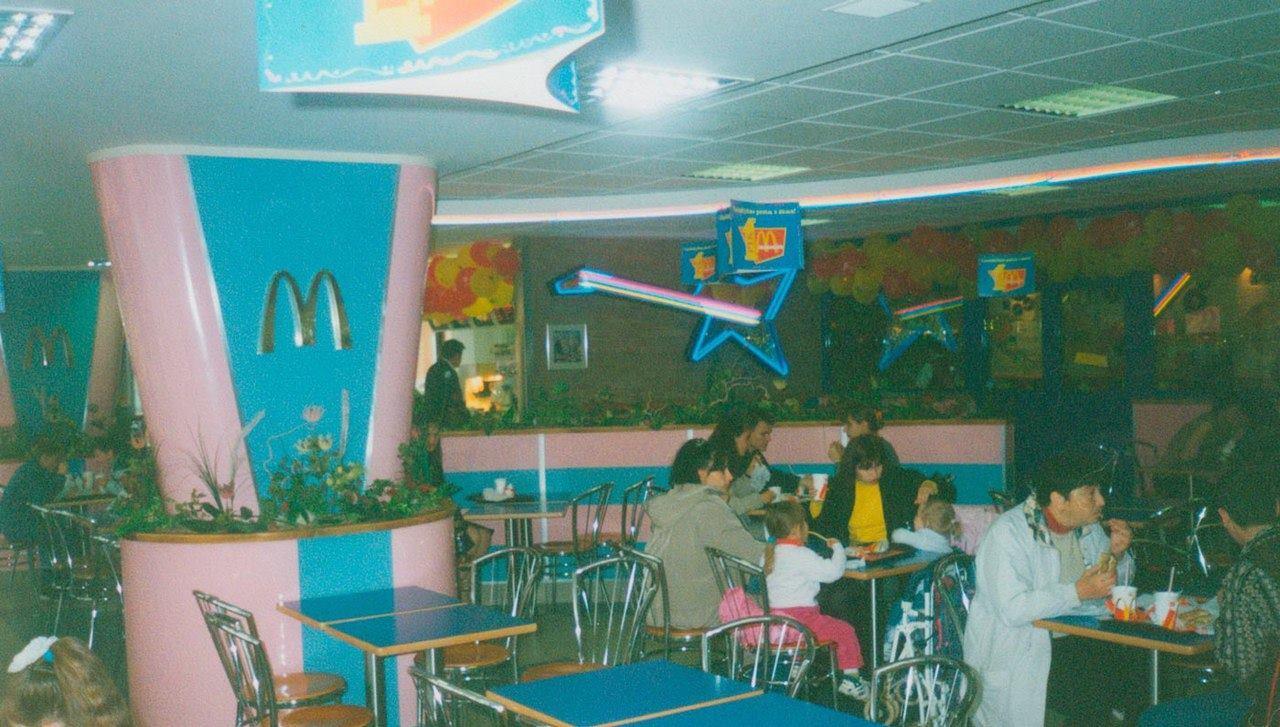 Один из самых первых McDonalds в Киеве на улице Драйзера, 1997 год