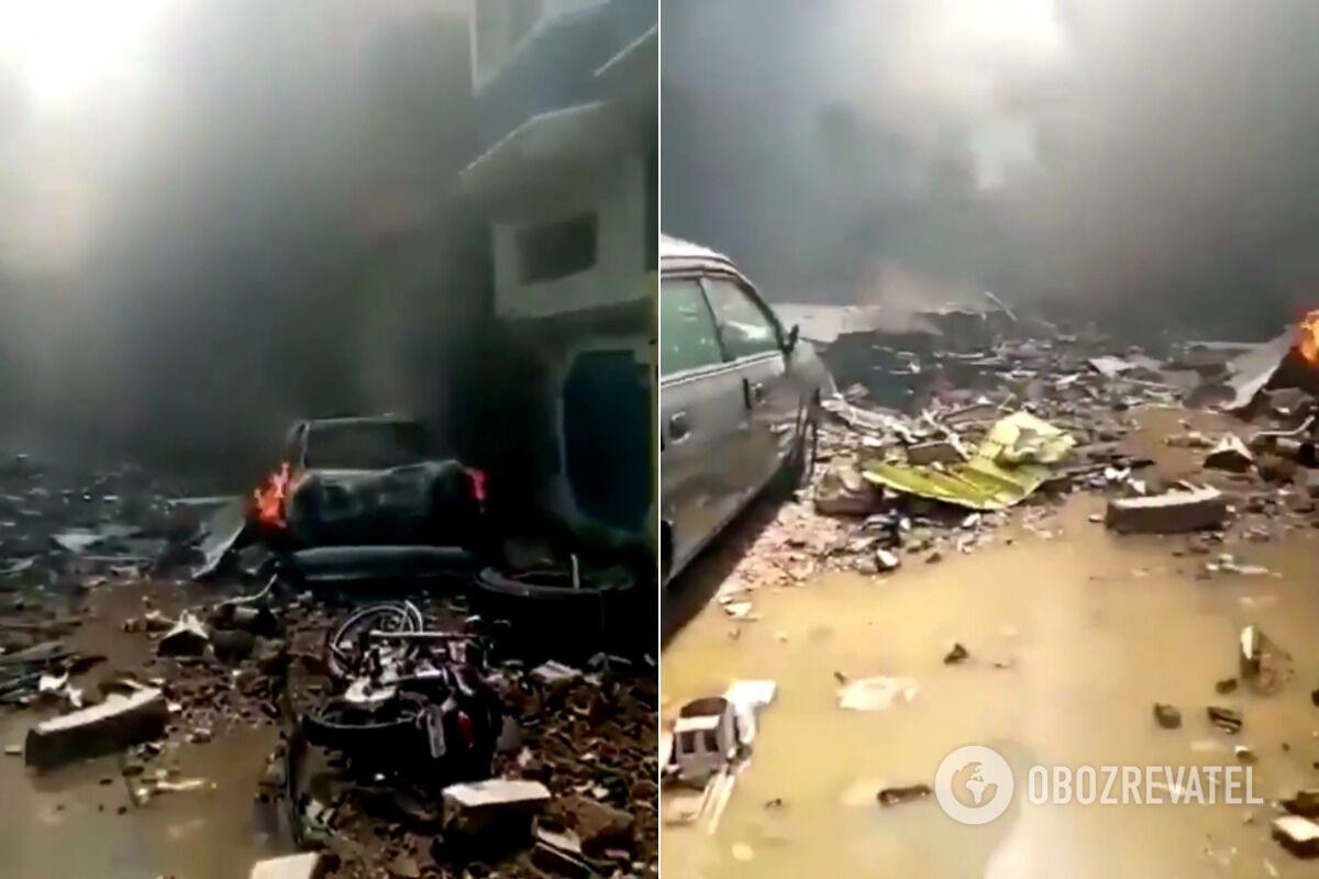 У Пакистані літак розбився в житловому кварталі: на борту було понад 100 осіб. Фото й відео