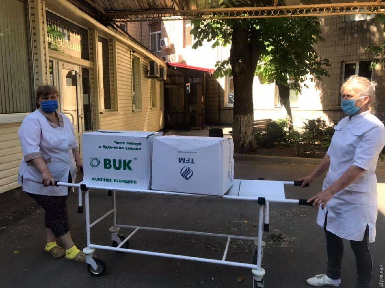 Волонтери передають засоби захисту в лікарню