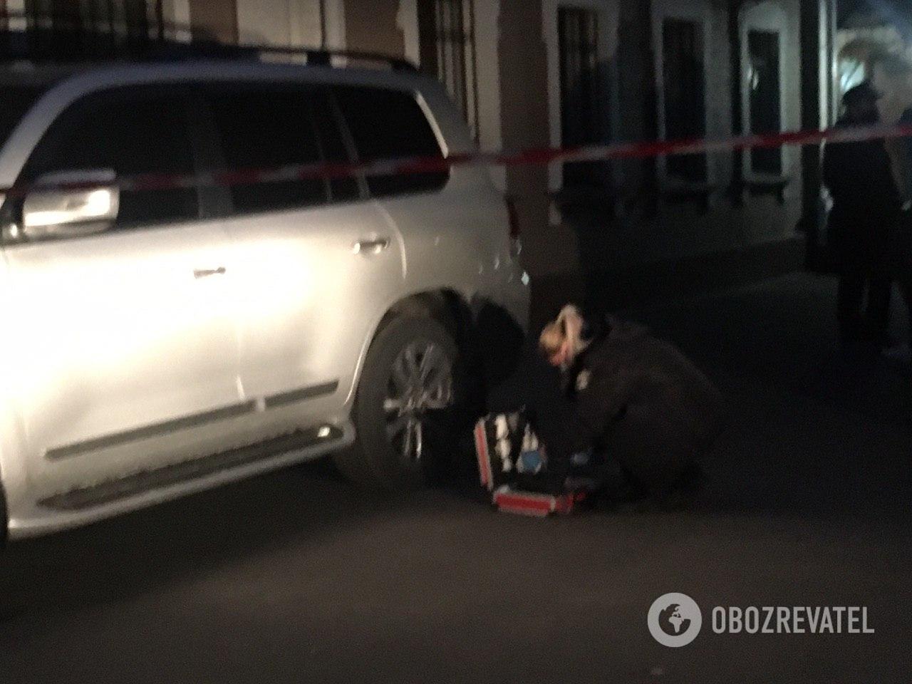 Правоохоронці оглядають автомобіль Давиденка