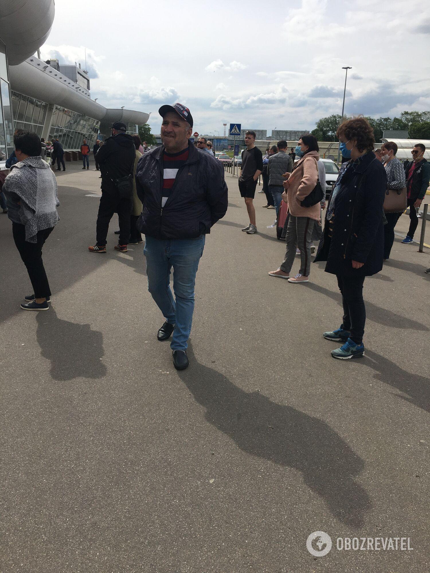 Несмотря на то, что аэропорт закрыт, нелегальные таксисты тут работают круглосуточно