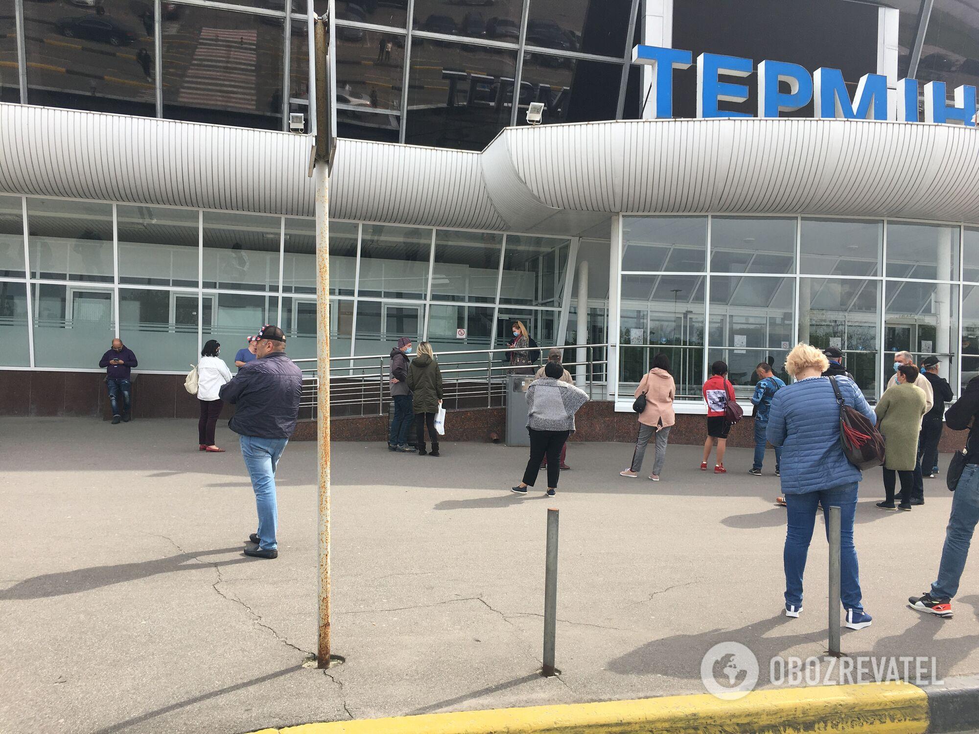 Терминал закрыт, поэтому ждать пассажиров родным пришлось на улице