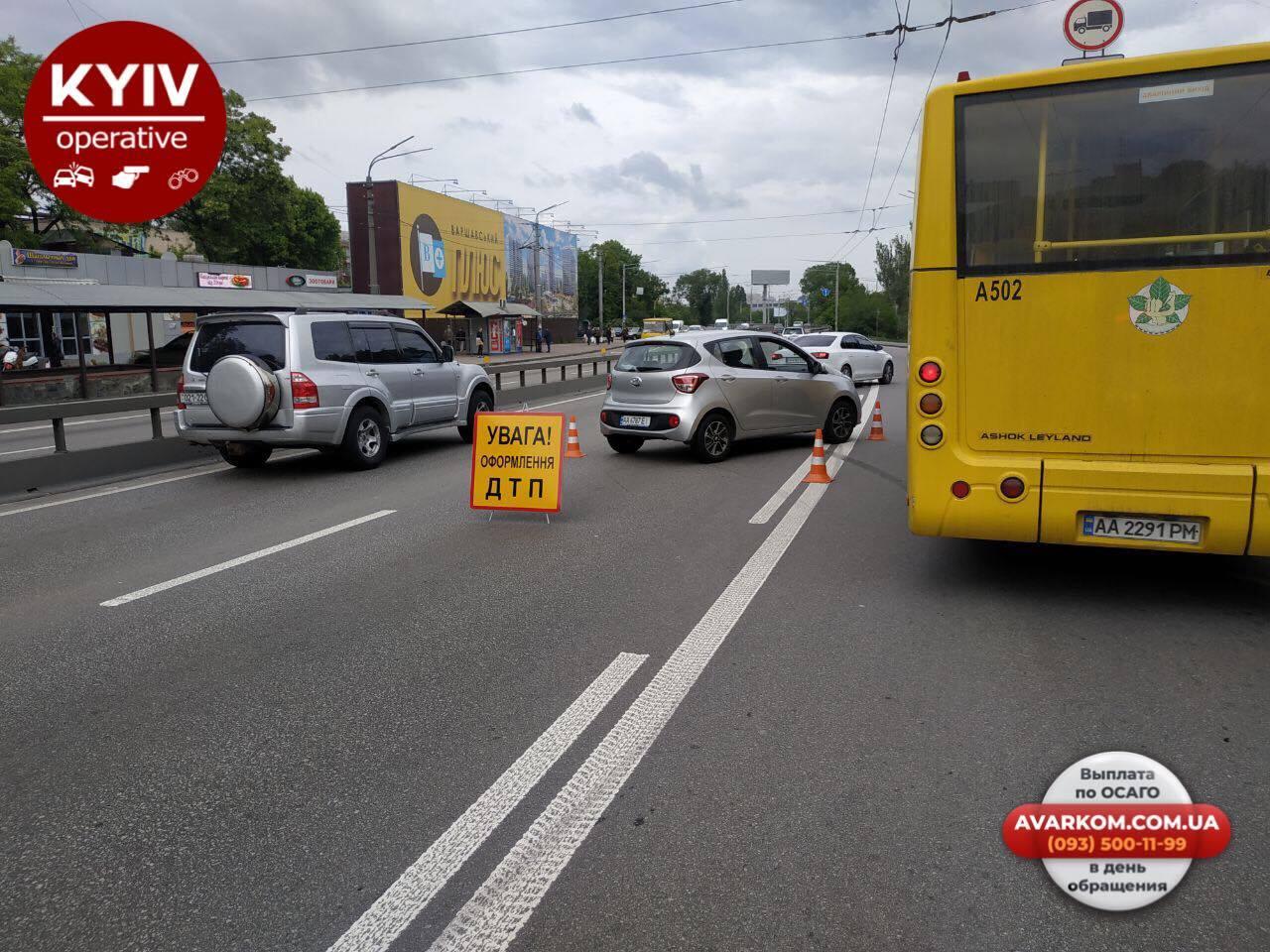 У Києві авто влетіло у зупинку з людьми