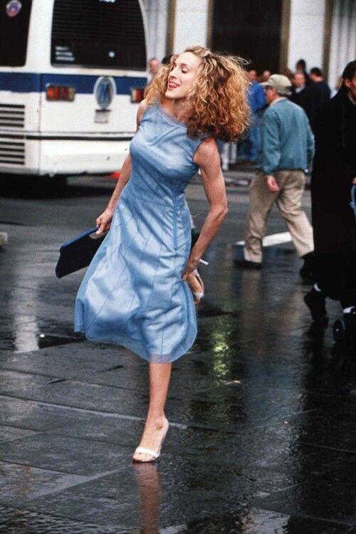 """Сара Джессіка Паркер та її блакитна свукня в серіалі """"Секс у великому місті"""""""