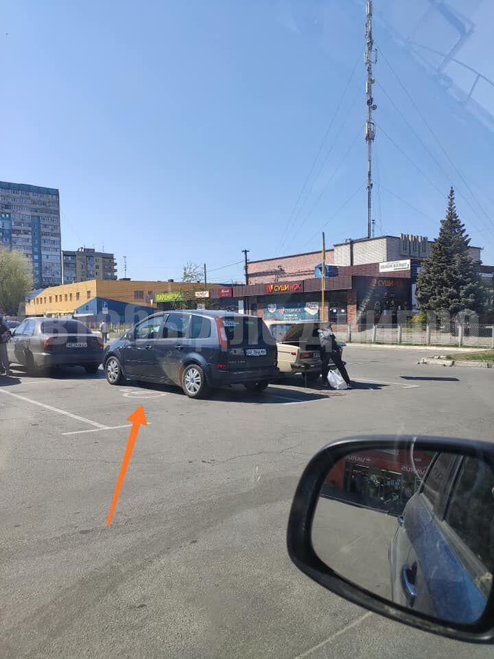Водители Днепра грубо нарушают правила парковки