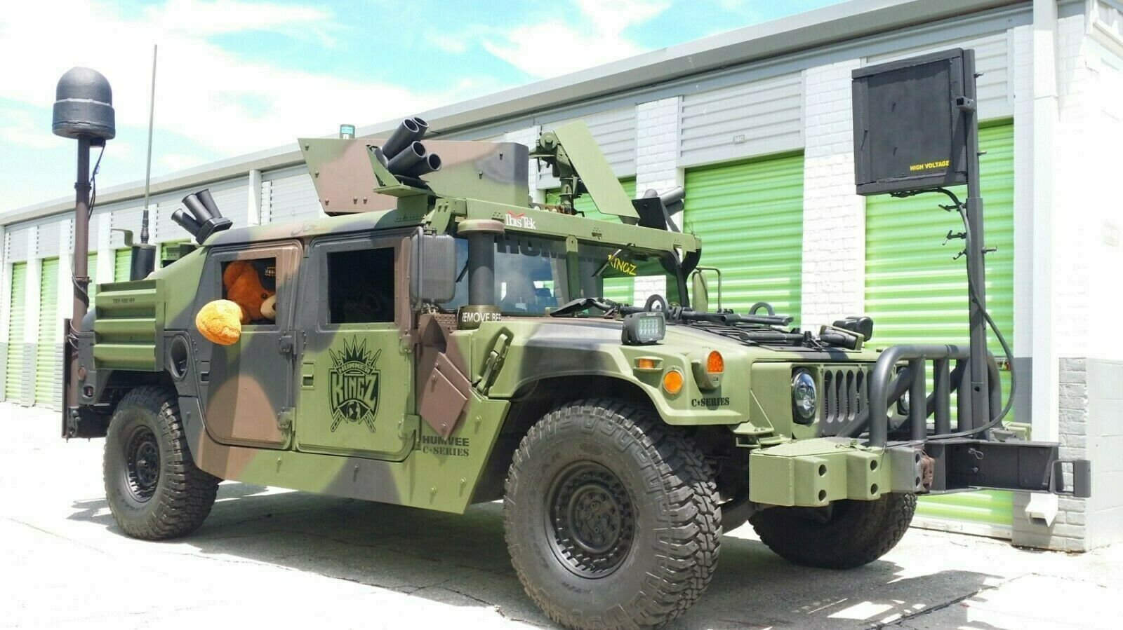 Військові Humvee виставили на продаж