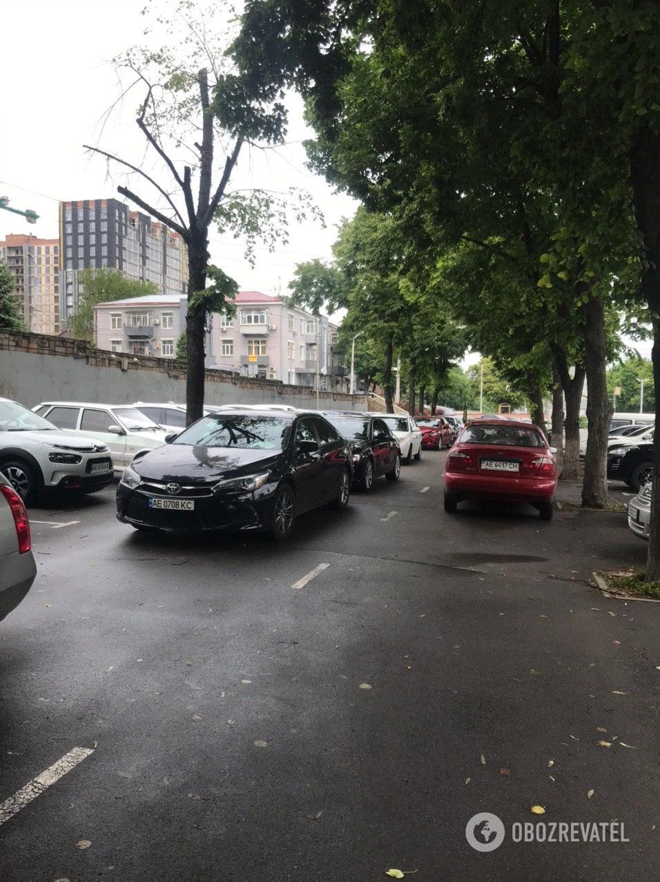 Нарушения правил парковки в Днепре возле здания СБУ