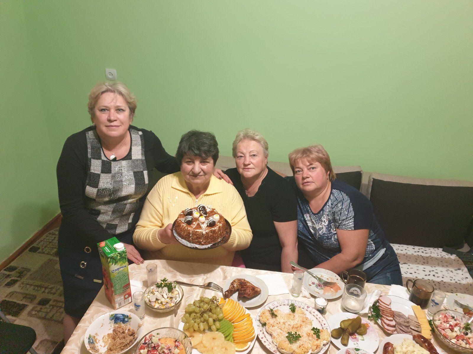 Розалія Магас (друга ліворуч) з подругами