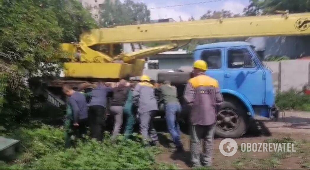 Комунальники витягають автокран