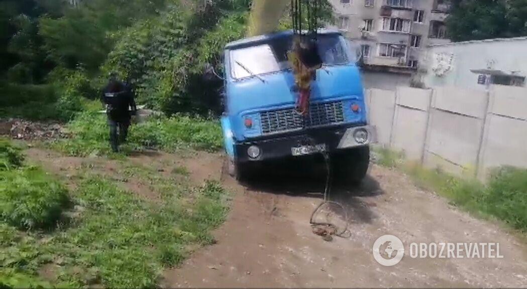 Комунальники витягли автокран