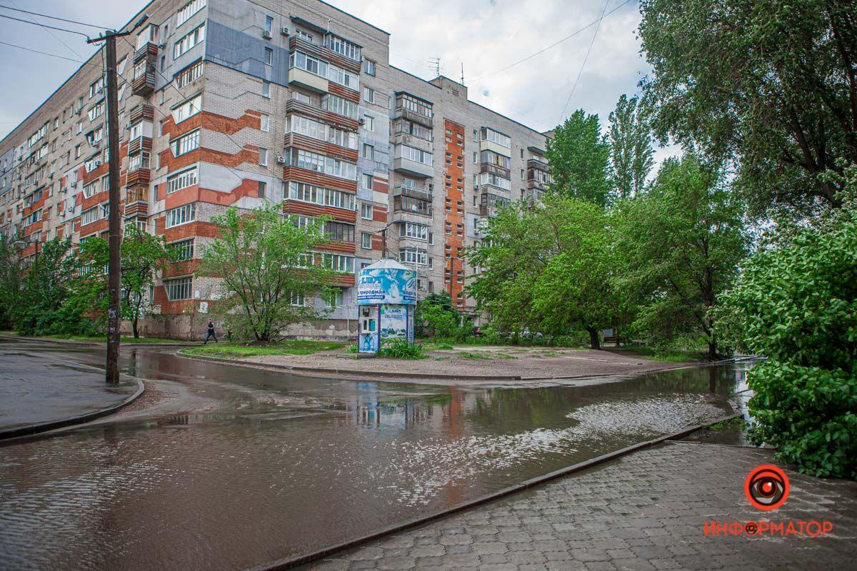 У Дніпрі вулиці затопило дощовою водою
