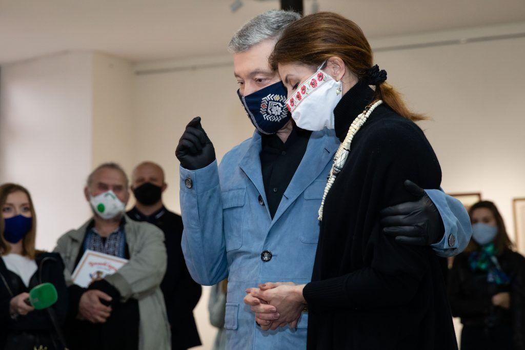 Порошенко ознакомил деятелей культуры с экспозицией картин в Музее Гончара