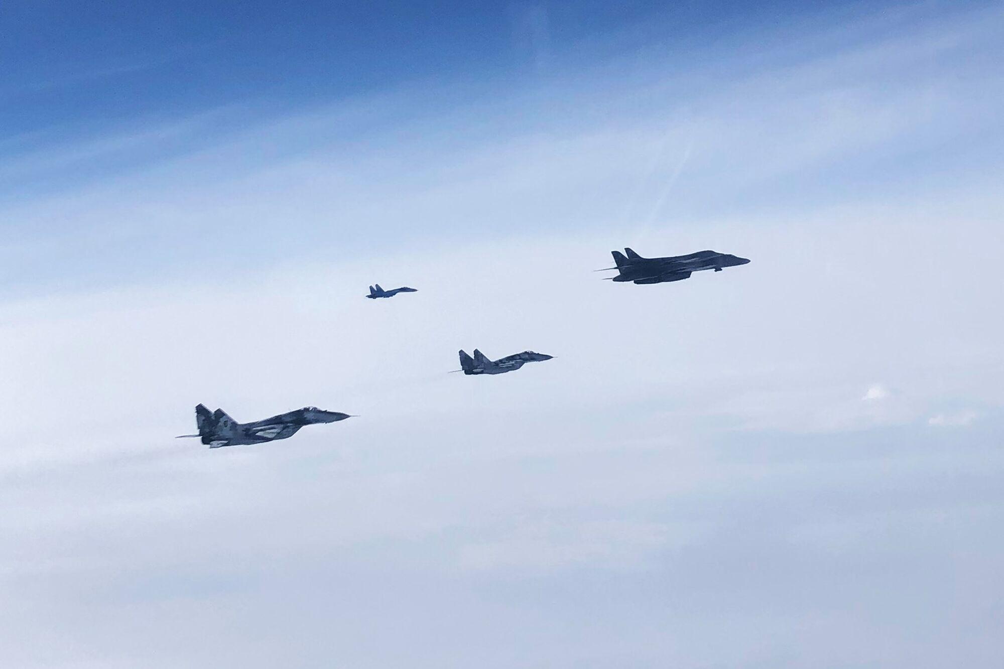 Американські бомбардувальники B-1B Lancer пролетіли над Україною