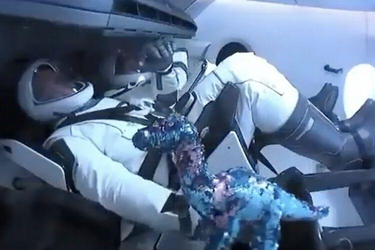 Игрушечный динозавр отправился в космос на корабле Илона Маска
