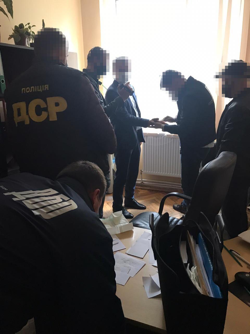 На Закарпатті затримали чиновника-хабарника з АМКУ