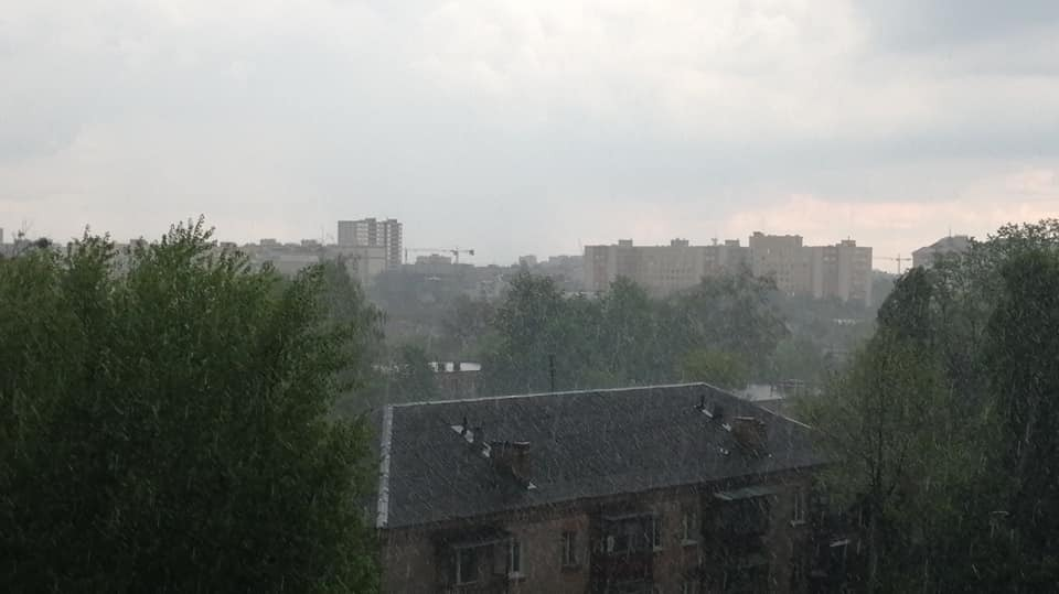 На Київ і область ринули зливи з градом. Фото і відео стихії та затоплених вулиць