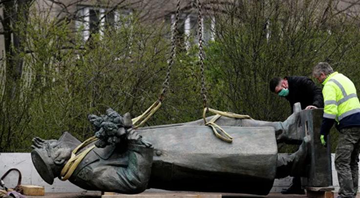 Снос памятника Коневу в Праге