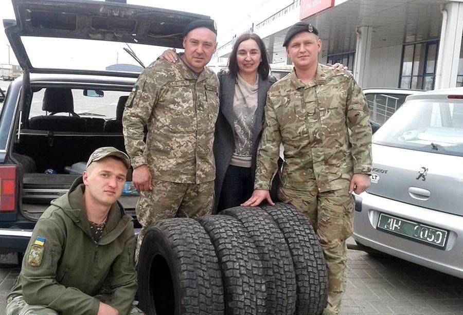 Волонтерка з військовими