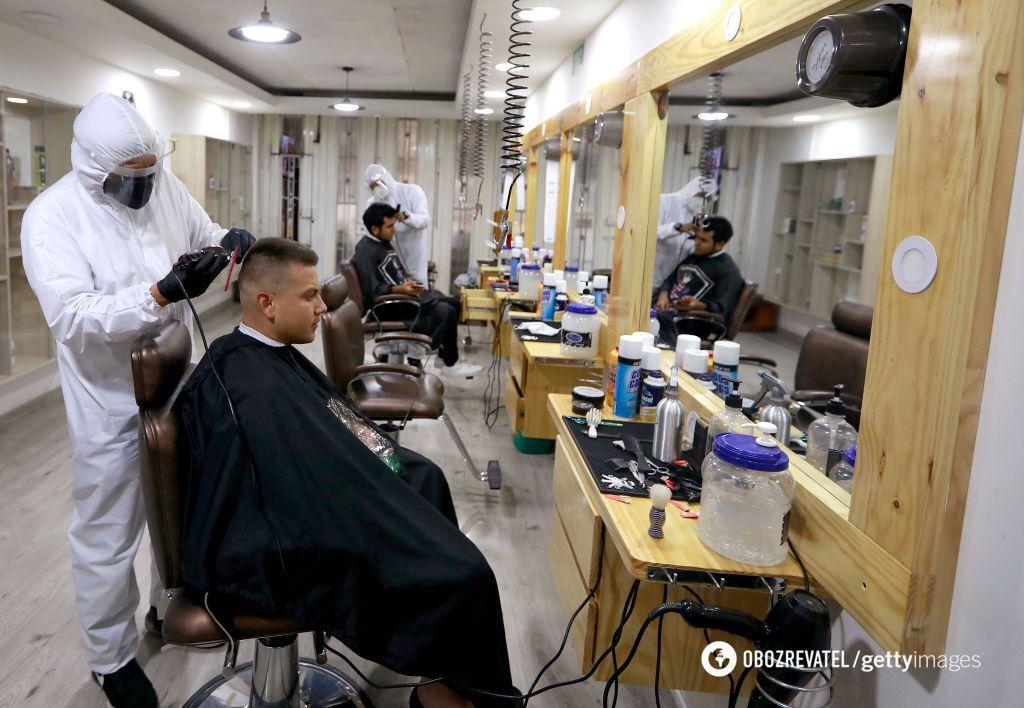 Если вы идете в парикмахерскую или салон красоты, лучше надеть респиратор