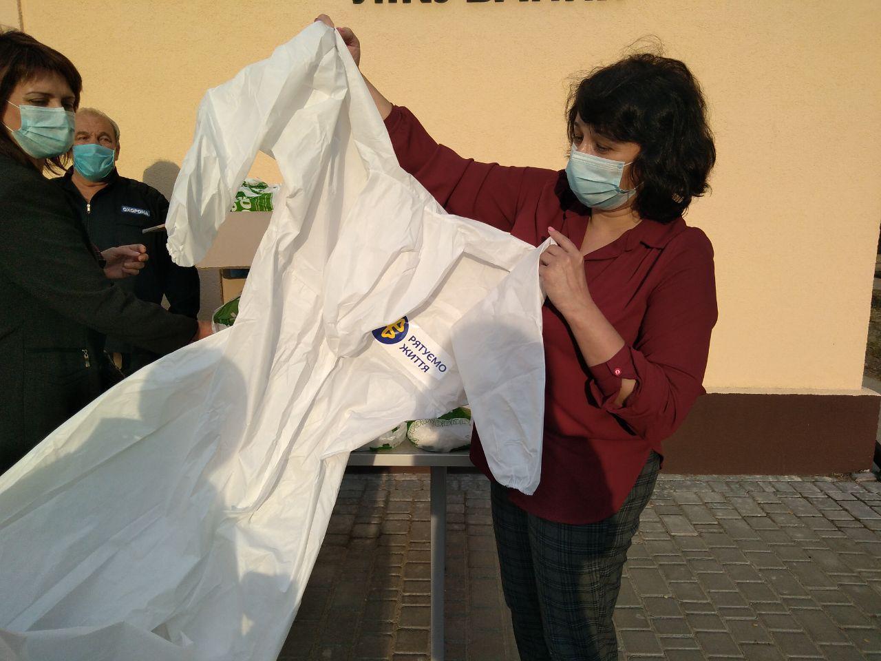 Фонд Порошенка передав у Запорізьку область 500 захисних костюмів для лікарів