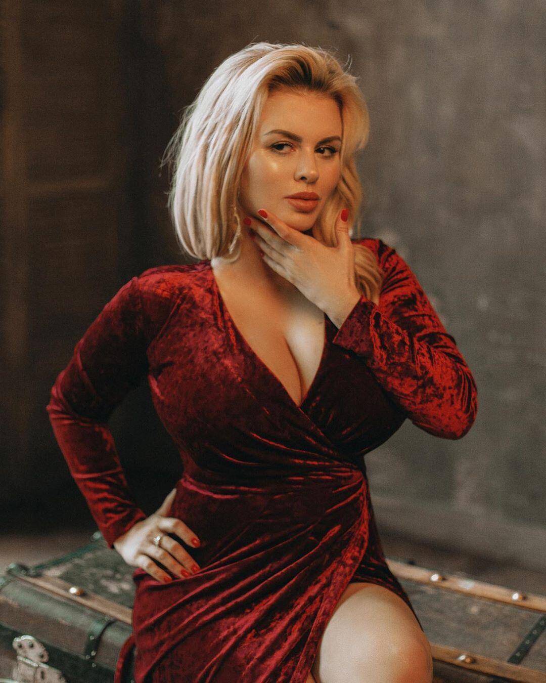 Пышногрудая звезда из РФ восхитила внешностью без макияжа