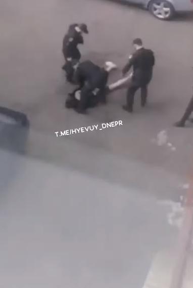 У Дніпрі п'яний підліток відкрив стрілянину з вікна. Відео 18+