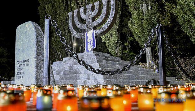 Бабин Яр став всесвітньо відомий як місце масових страт цивільного населення (здебільшого євреїв) німецькими окупаційними військами під час Другої світової війни. Всього було розстріляно понад 100 тисяч осіб.