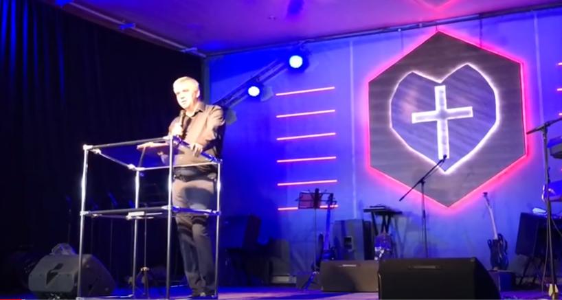 Адріан Буковинський під час виступу в церкві