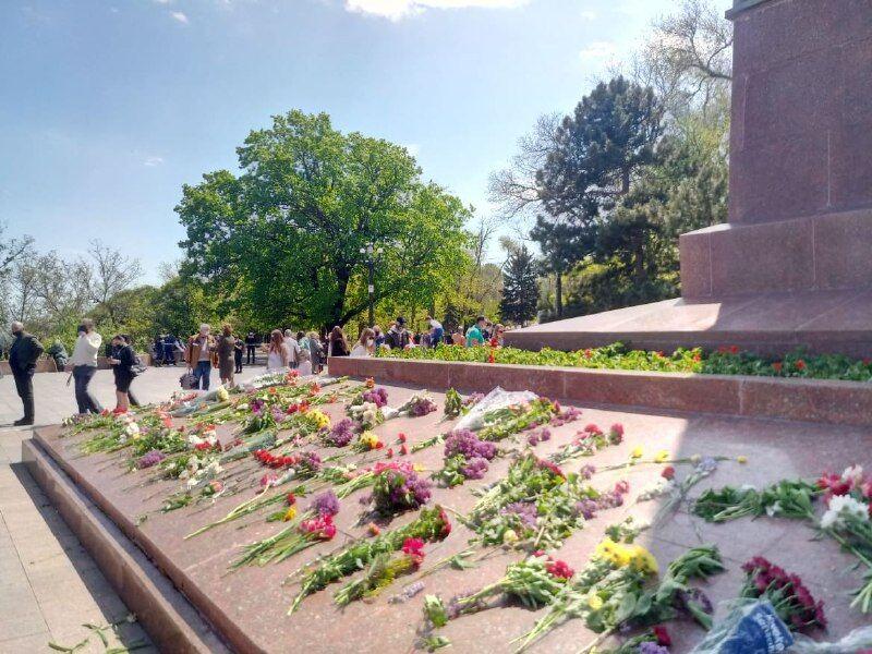 Одесситы возложили цветы к монументу