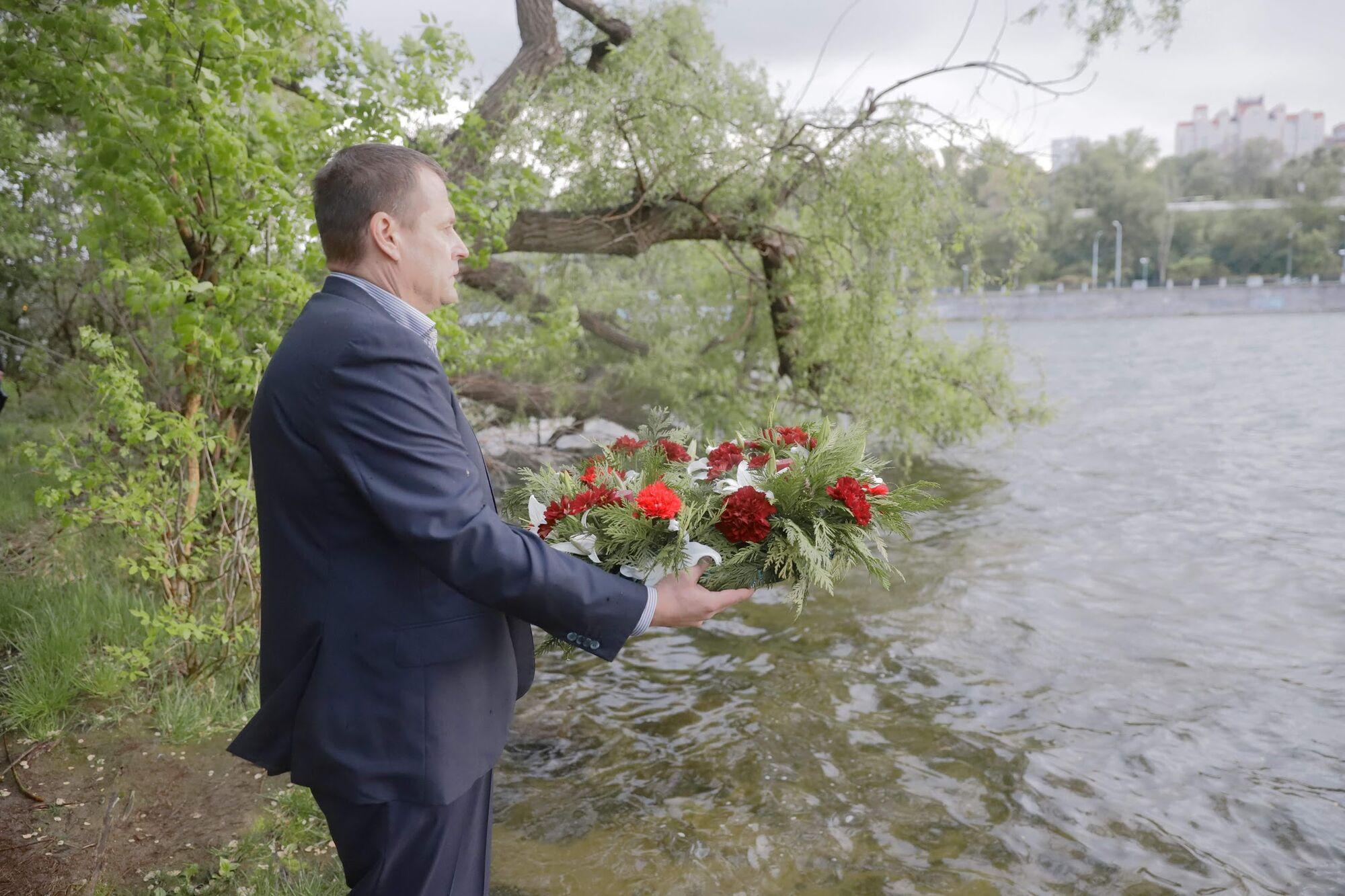 На згадку про полеглих у боях: Філатов пустив річковими водами пам'ятний вінок