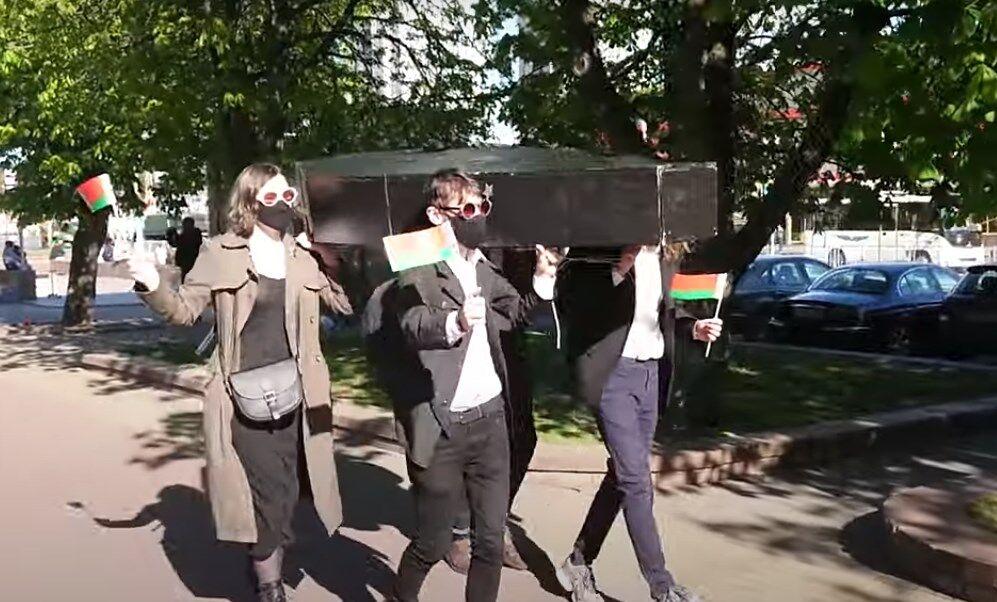 В Минске на репетиции парада станцевали с гробом