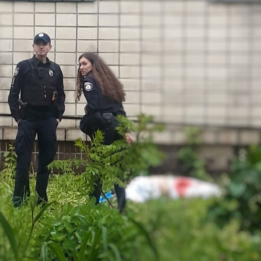 """В Киеве из окна """"коронавирусной"""" больницы выпала и погибла санитарка"""