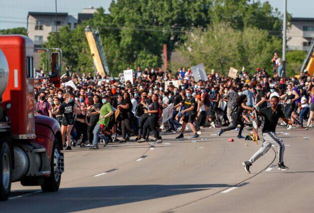 """В США бензовоз """"въехал"""" в толпу демонстрантов"""