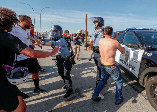 "В США бензовоз ""въехал"" в толпу демонстрантов, водителя избили"