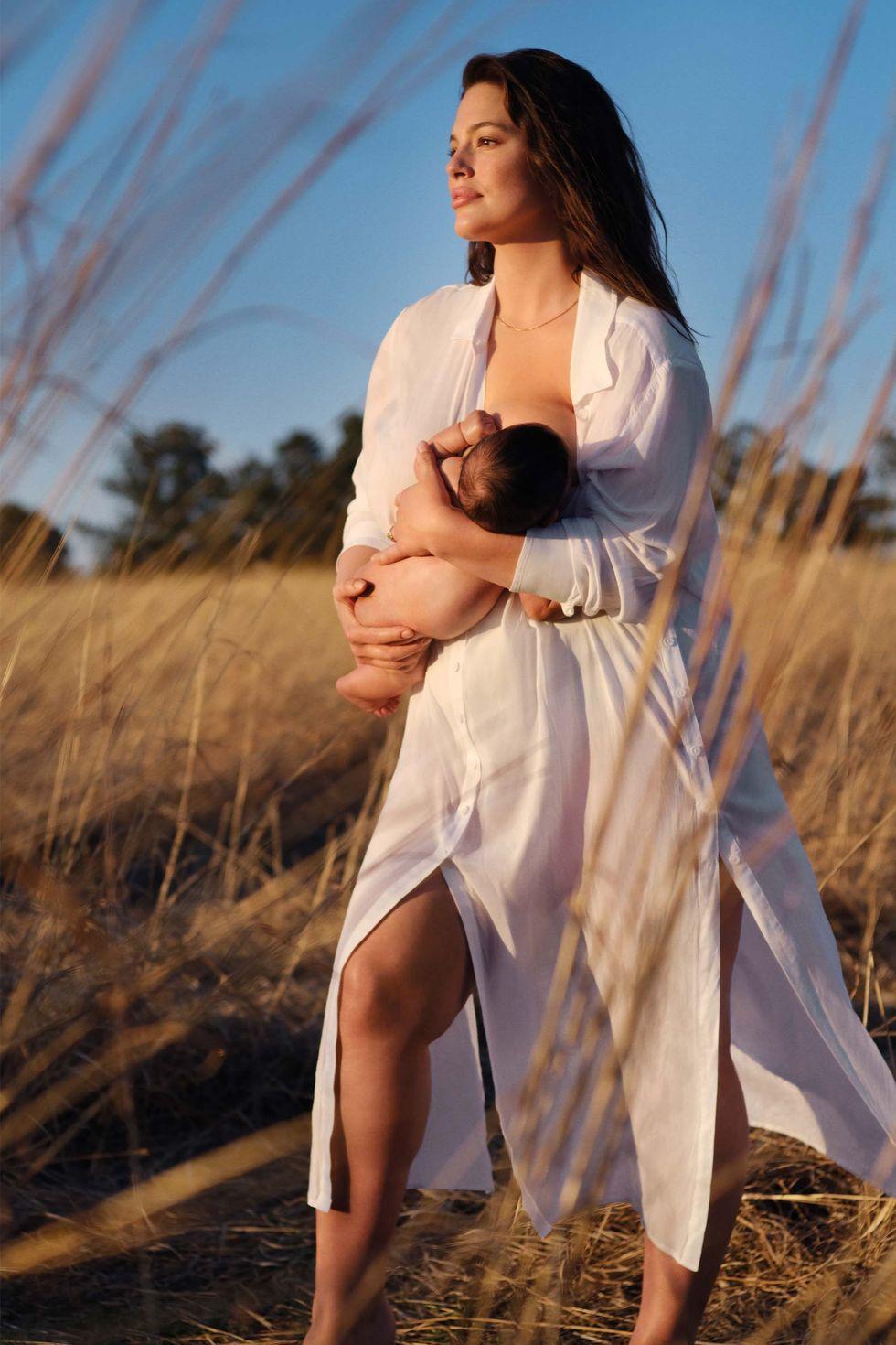 Відома plus size модель показала, як годує дитину грудьми