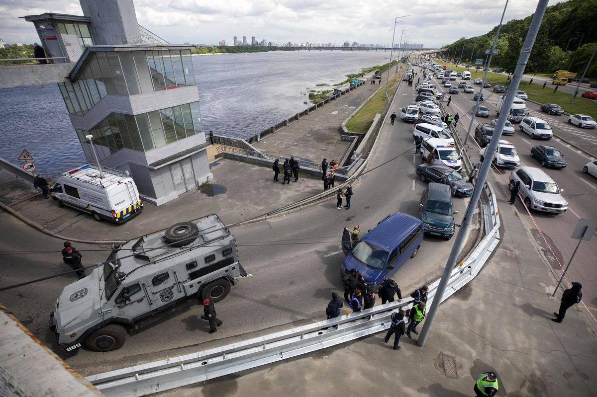 В Киеве мужчина угрожал взорвать мост Метро
