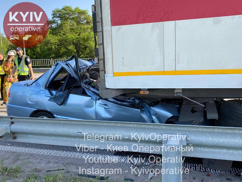 Под Киевом авто снесло крышу грузовиком