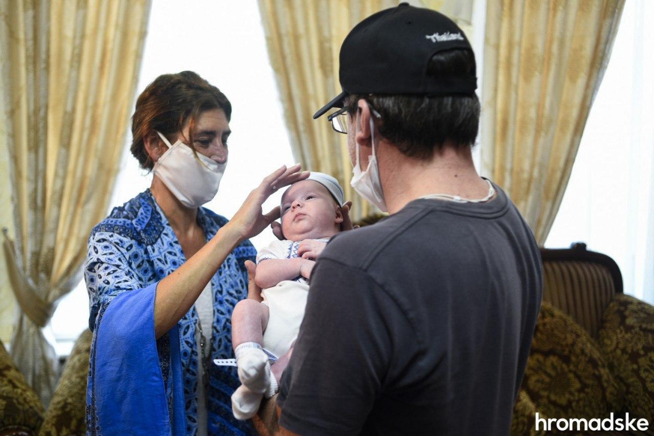 Родители-иностранцы прилетели забрать младенцев, рожденных от украинских суррогатных матерей