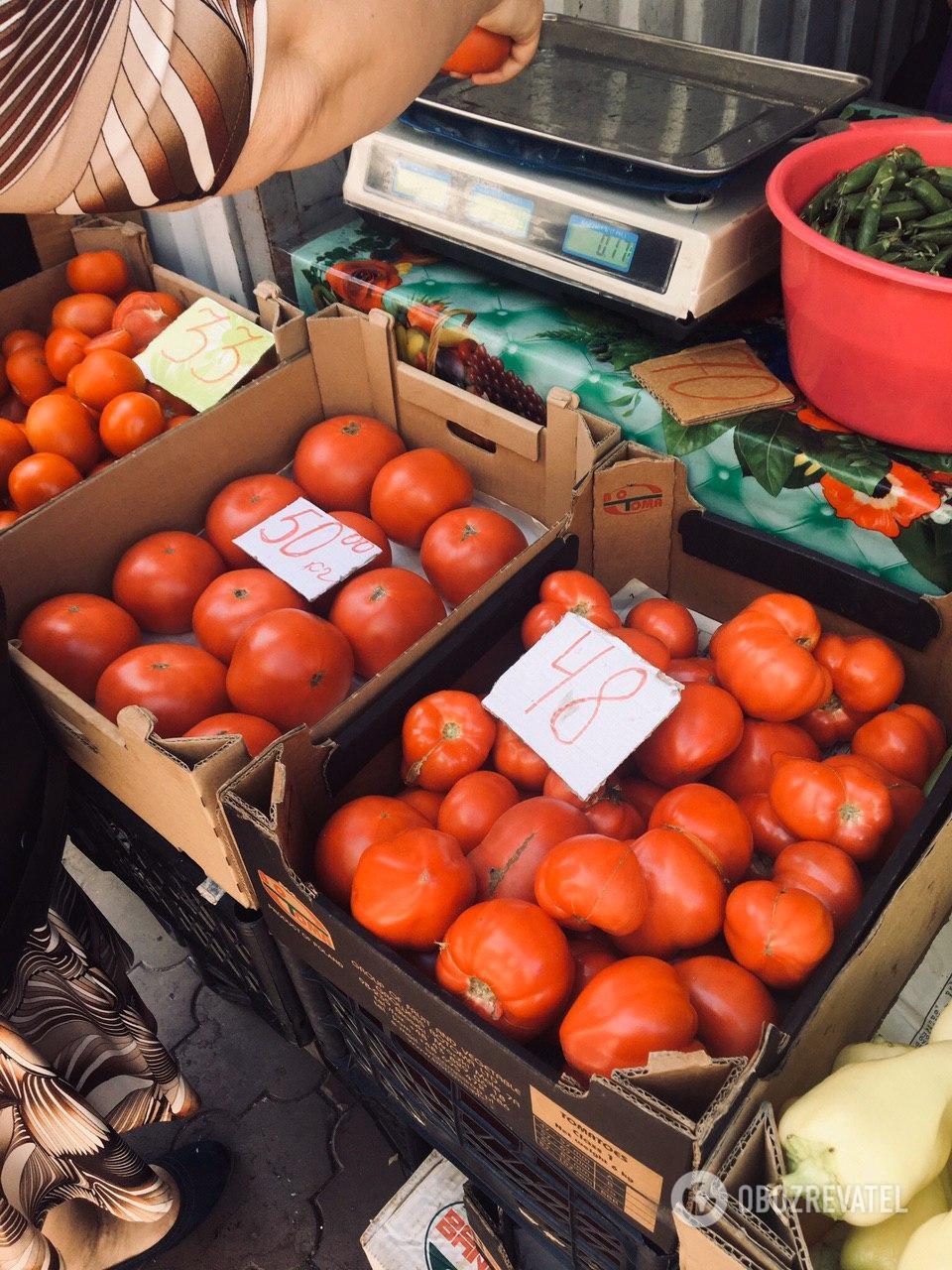 Розовые помидоры на рынке не отличаются по цене