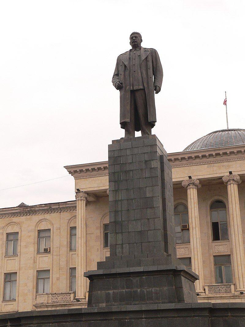 Пам'ятник Сталіну в Горі, Грузія (знесений у червні 2010), – останній знесений з великих