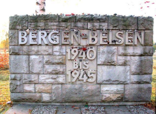 Пам'ятний меморіал біля входу на територію колишнього табору Берген-Бельзен
